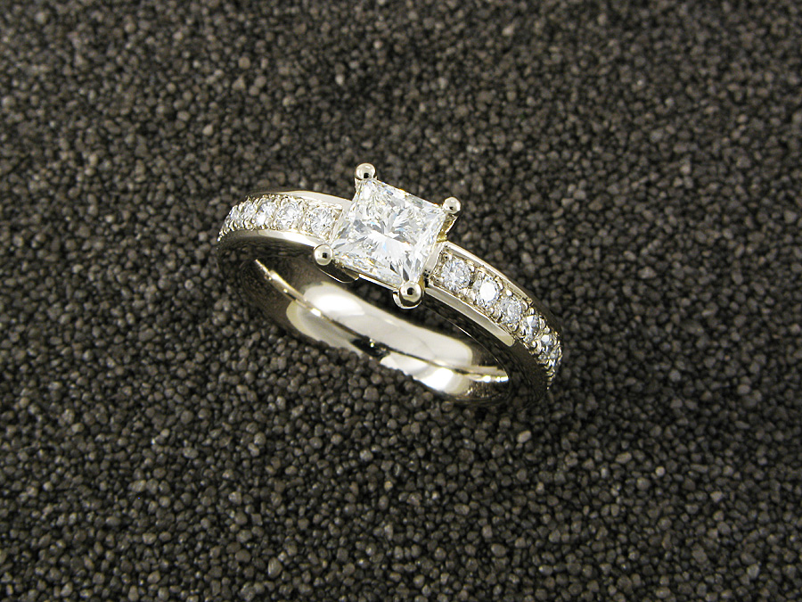 """Princess-Star"" Damenring, Platin 950, Princess-Diamant 1.33 ct. F/vs2 und 18 Brillanten 0,46 ct. FG/vs"